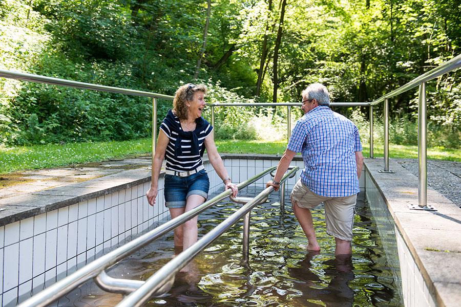 Wassertreten-nach-Pfarrer-Kneipp-im-staatlich-anerkannten-Kneipp-Heilbad-Bad-Lauterberg-im-Harz,-Archiv-Stadtmarketing